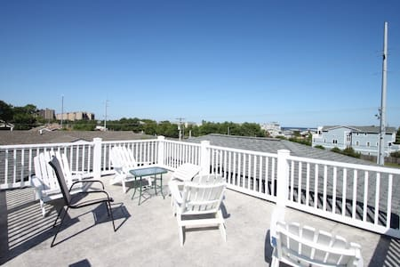 3 Blocks to the Beach with Roof Top Views of the Ocean, Spacious and Contemporary - South Bethany - Casa