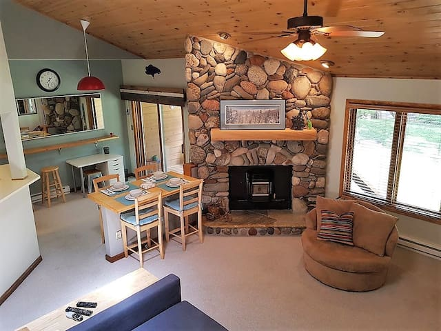 Townhome with Views, Just 2 Miles to Purgatory Ski Resort, Hot Tub on Site