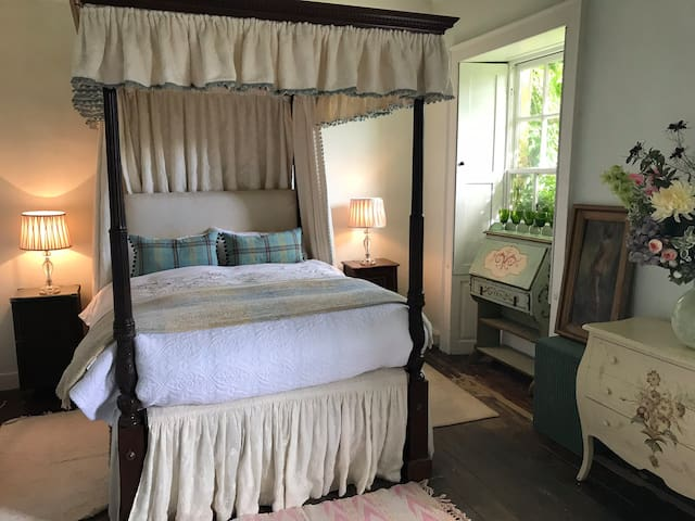 4 poster bed / bath in  Cotswold house fab village