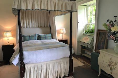 Escape to fab CV free village 4 poster bed / bath