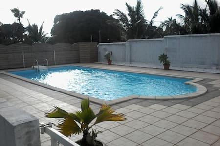 T1 rdc villa avec piscine - Saint Andre - Hus
