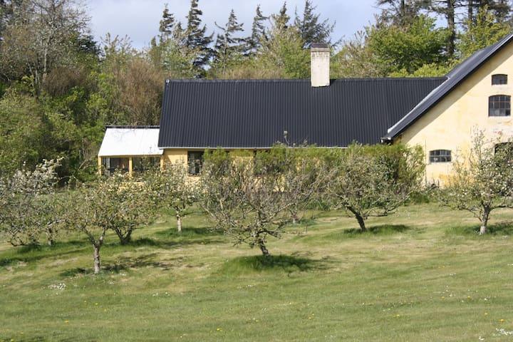 Stuehus i idyllisk landlig natur.