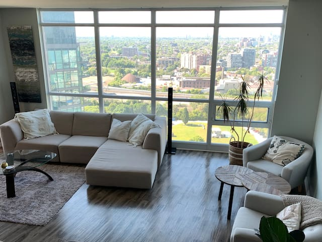 Luxurious Condo in Downtown Toronto with City View