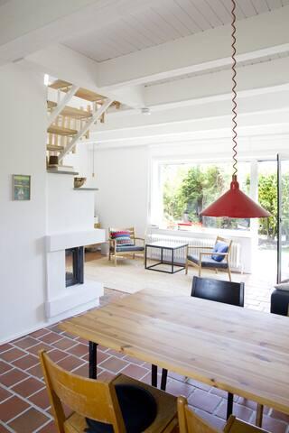 offener Wohn-/Essbereich mit Kamin und Gartenzugang