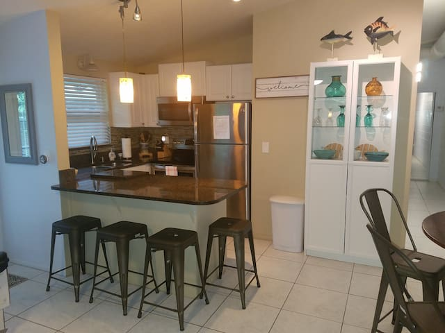 Steps to Beach & Siesta Key Village-Village condo