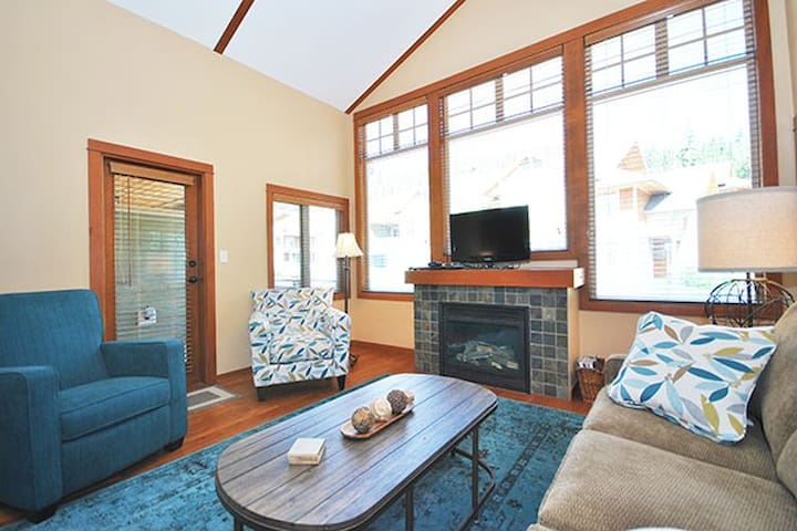 Settler's 67: Stylish 2BD Condo with Hot Tub