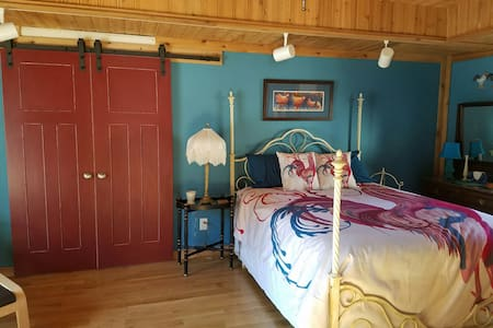 Silly Chickens Lodge B&B  Rise & Shine Suite - Mooresville - Bed & Breakfast