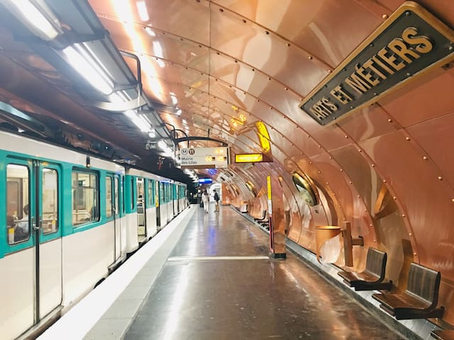파리 퐁네프 도미토리 지하철 11번선 역 1분거리 입니다.