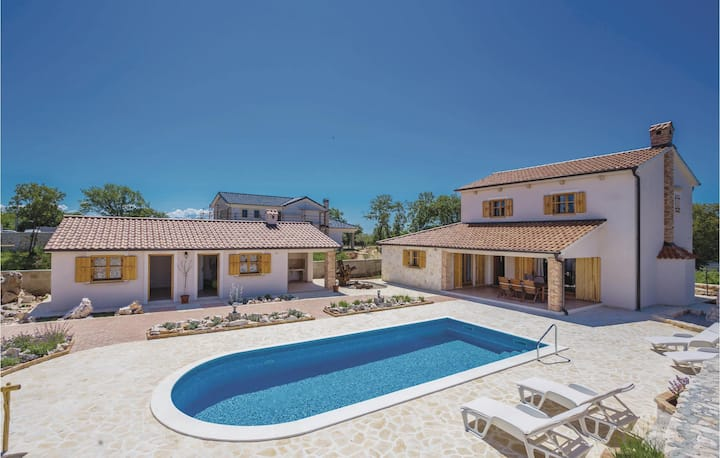 Beautiful home in Kras with WiFi, 3 Bedrooms and Outdoor swimming pool