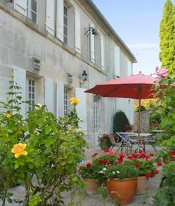 Grande maison avec jardin coloré - Julienne