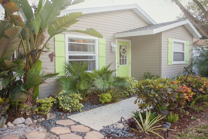 Bungalow near beaches/restaurants!!