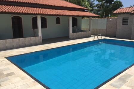 Casa com piscina a 300 metros do mar em Itanhaém