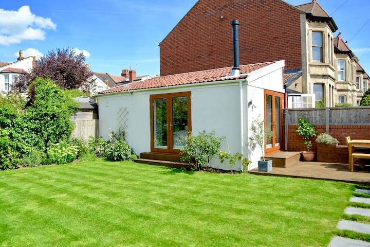 Cosy, self-contained, garden room, private access