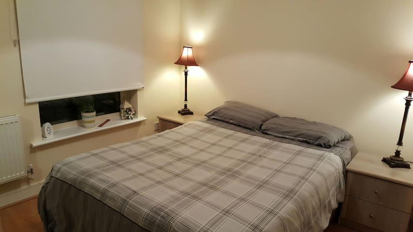 Friendly host couple, double with private bathroom - Dublin - Other