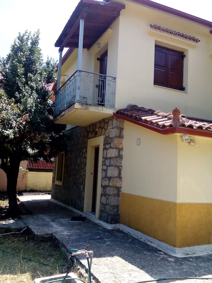 Πέτρινη ισόγεια κατοικία στη Λαύκα Κορινθίας