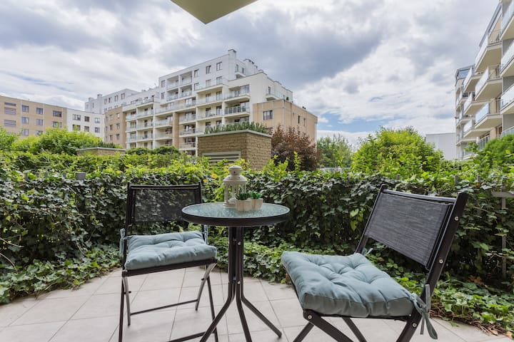 Modern flat with small garden, near metro