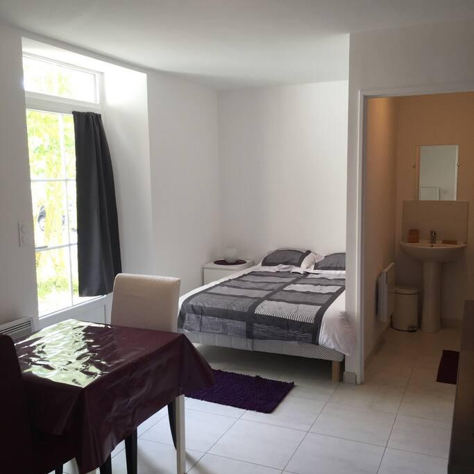 Studio de 23m² avec lit Bultex 140x200. Il se situe coté jardin afin de garantir votre tranquilité