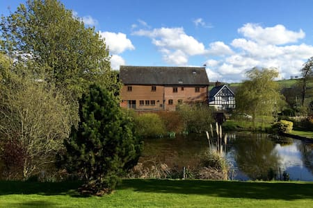 Barn conversion, 4 en-suite bedrooms, fishing pool