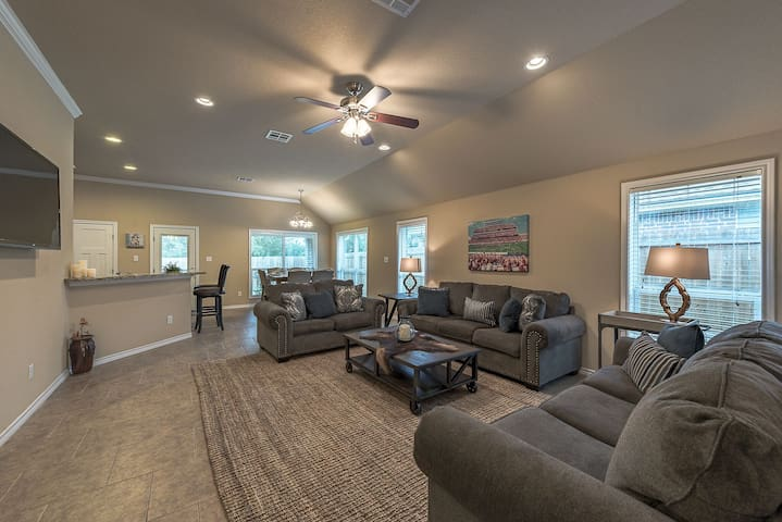 College Station 4/4 Home-Close to TAMU/3507 H