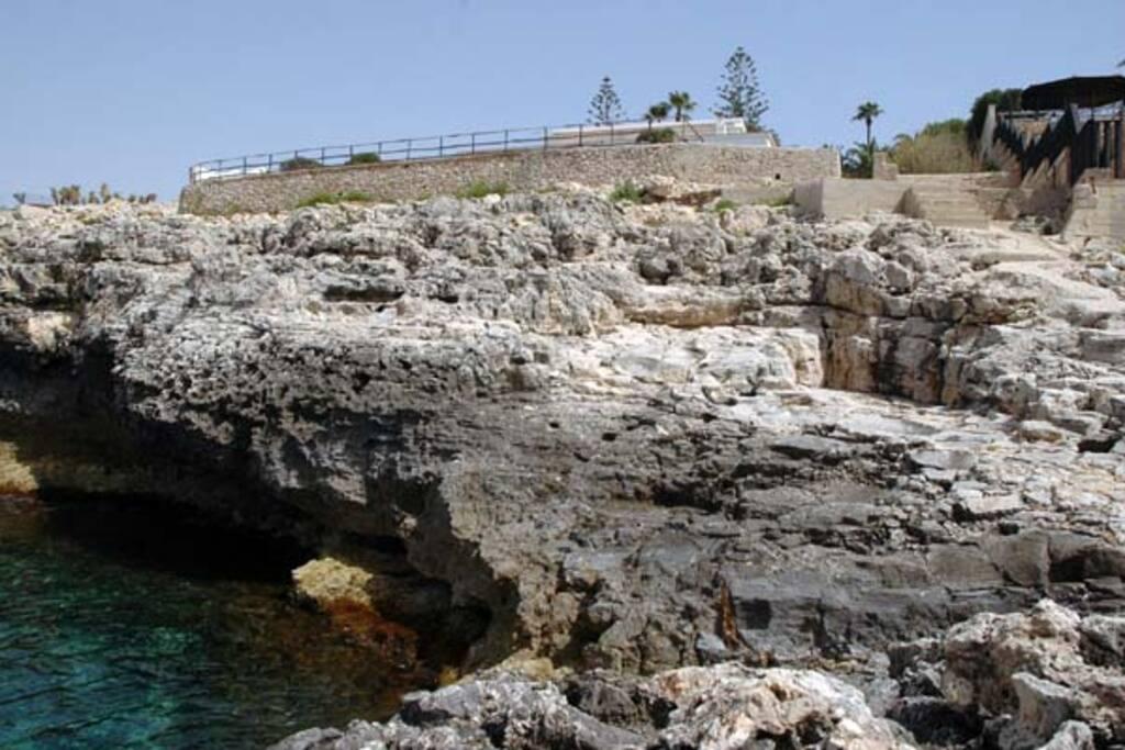 Accesso diretto (alcuni scalini) al mare