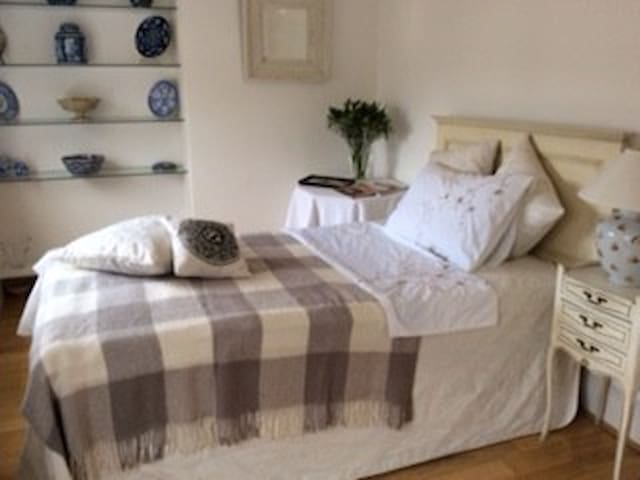 Stylish Bedroom private terrace central CHELSEA