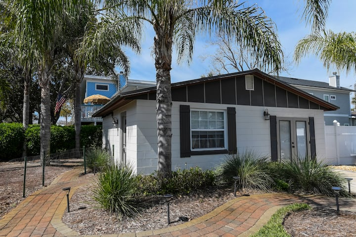 **Newly Renovated** Beach Cottage - Locally Owned