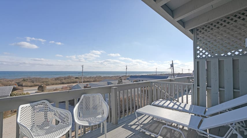 Direct Ocean View One Bedroom Unit- Walking Distance to Downtown Montauk!