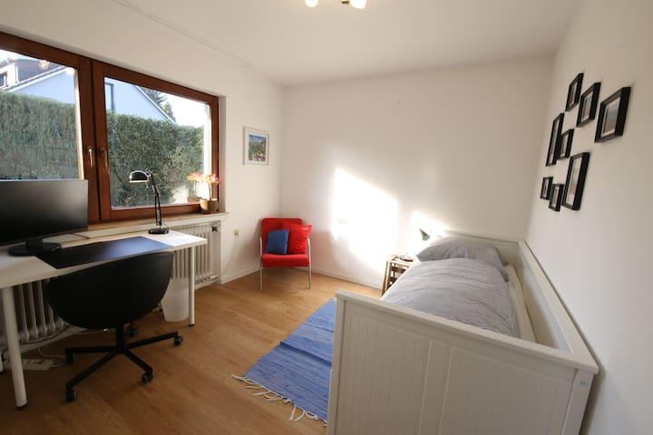 Gartenzimmer - ruhig & hell - nahe Autobahn A81