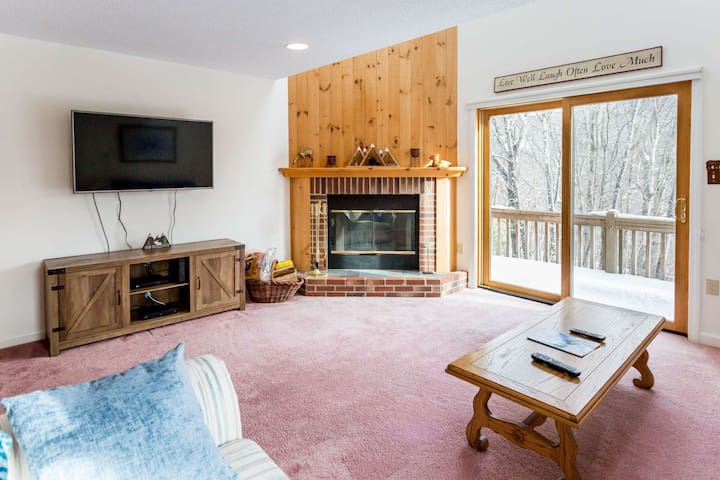New to Market Condo, Waterville Estates, Campton Ledgewood,End unit sleeps 8 Clubhouse passes for 4