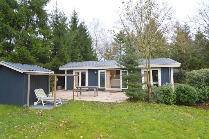 Highly atmospheric and top quality chalet with private garden close to the Veluwe