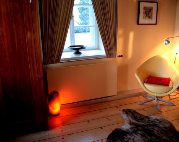 Schlafzimmer mit Himmelbett im Erdgeschoss.