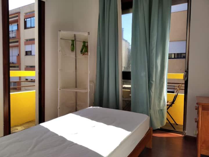Quarto individual com varanda centro Porto