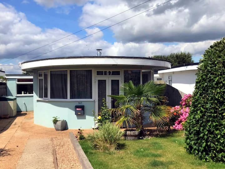 Spacious art-deco Oyster bungalow 120m from beach