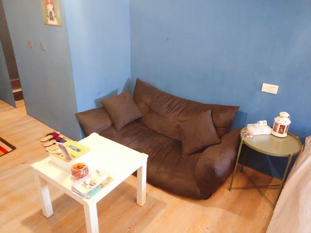 舒適的沙發與小茶几