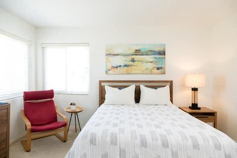 Cheerful room with shared bath2 blocks from beach