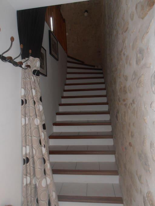volée d'escalier vers le premier étage,meuble à chaussures à l'entrée ,  l'immense  garage étant au RDC