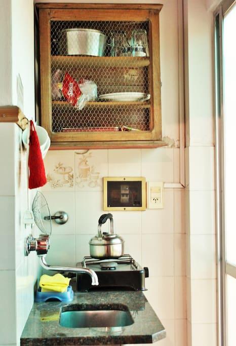Cocina anafe, microondas, heladera.