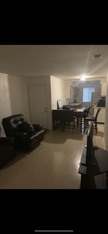 Cal king Private apt 7 minutes from Airport