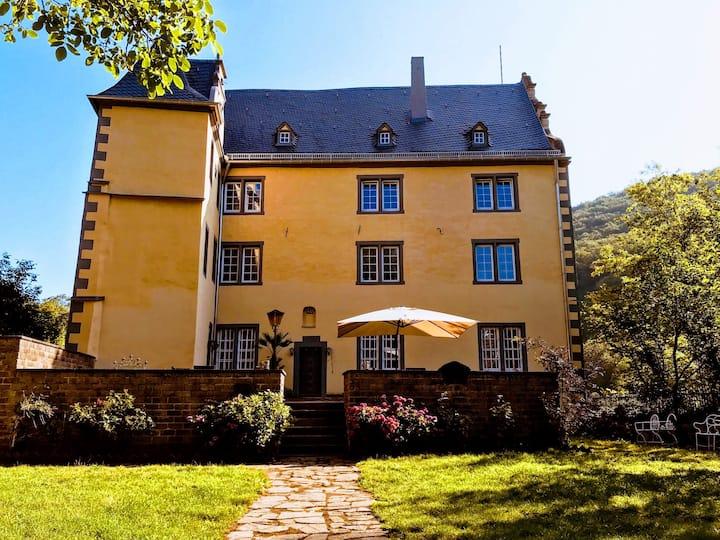 Private Burg ohne Nachbarn. Natur. Berge. Wälder.2