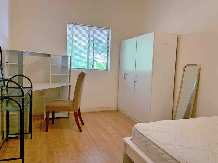Large private room close to Airport and City