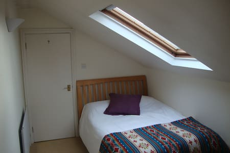 Light, bright double room in loft apartment - Bromley