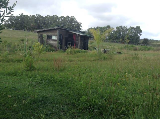 Cabaña sustentable de barro y madera