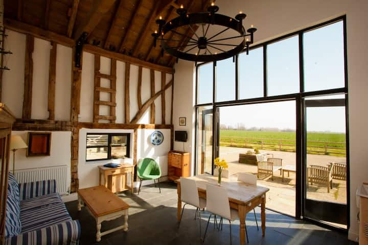 Two Bed Luxury Converted Barn with Gym & Spa (RV)