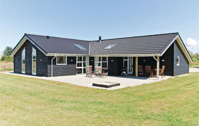 Holiday cottage with 4 bedrooms on 127m² in Tarm