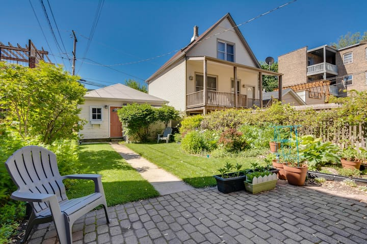 A Roscoe Village Garden Apartment with a Garden!