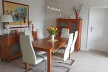 Gemütliche Eßecke im Wohnzimmer - kann auch als Arbeitsplatz genutzt werden
