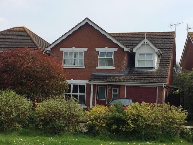 Charming 5 bed home with parking - Littlehampton - Hus