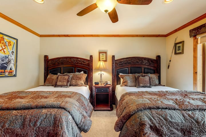 Classic, hotel-style, ski-in/out condo w/ fast WiFi & shared hot tubs, pool, W/D