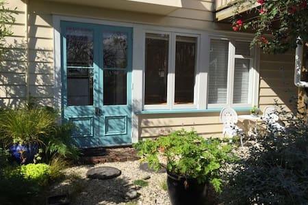 Lovely sunny garden apartment - Auckland - Huis