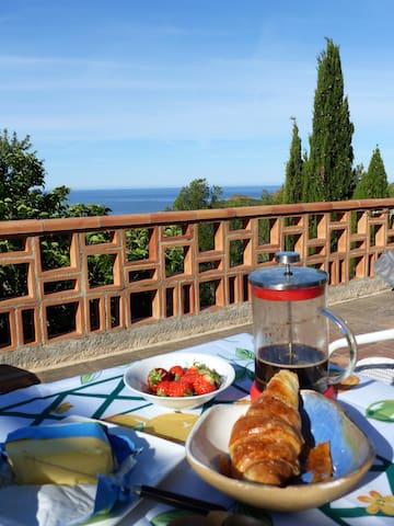 Un petit-déjeuner sur la terrasse avec vue à l'infini!